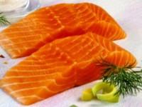 Салат из лосося с ржаными сухариками — полноценная альтернатива ужину!