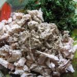 порезать мясо и зелень