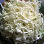 нашинковать капусту, присолить и пожать