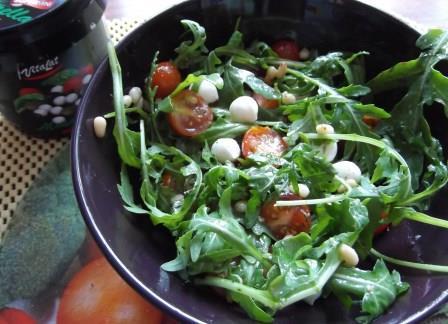 салат_с_моцареллой_и_помидорами_черри_salat_s_motsarelloy_i_pomidorami_cherri